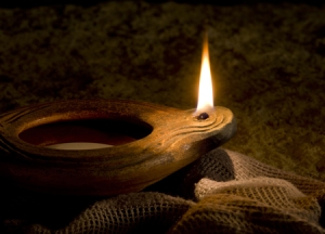 clay-oil-lamp-burning_1154631_inl